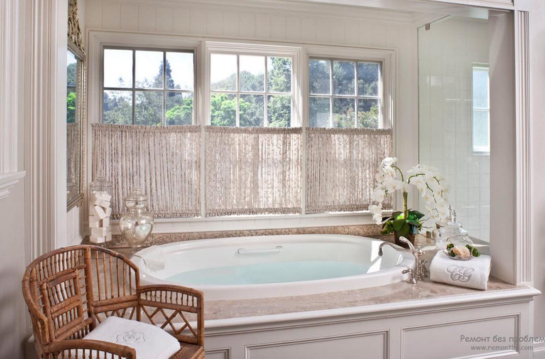 Красивая ванная с окном