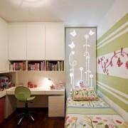 Оригинальная отделка стены детской комнаты полосами
