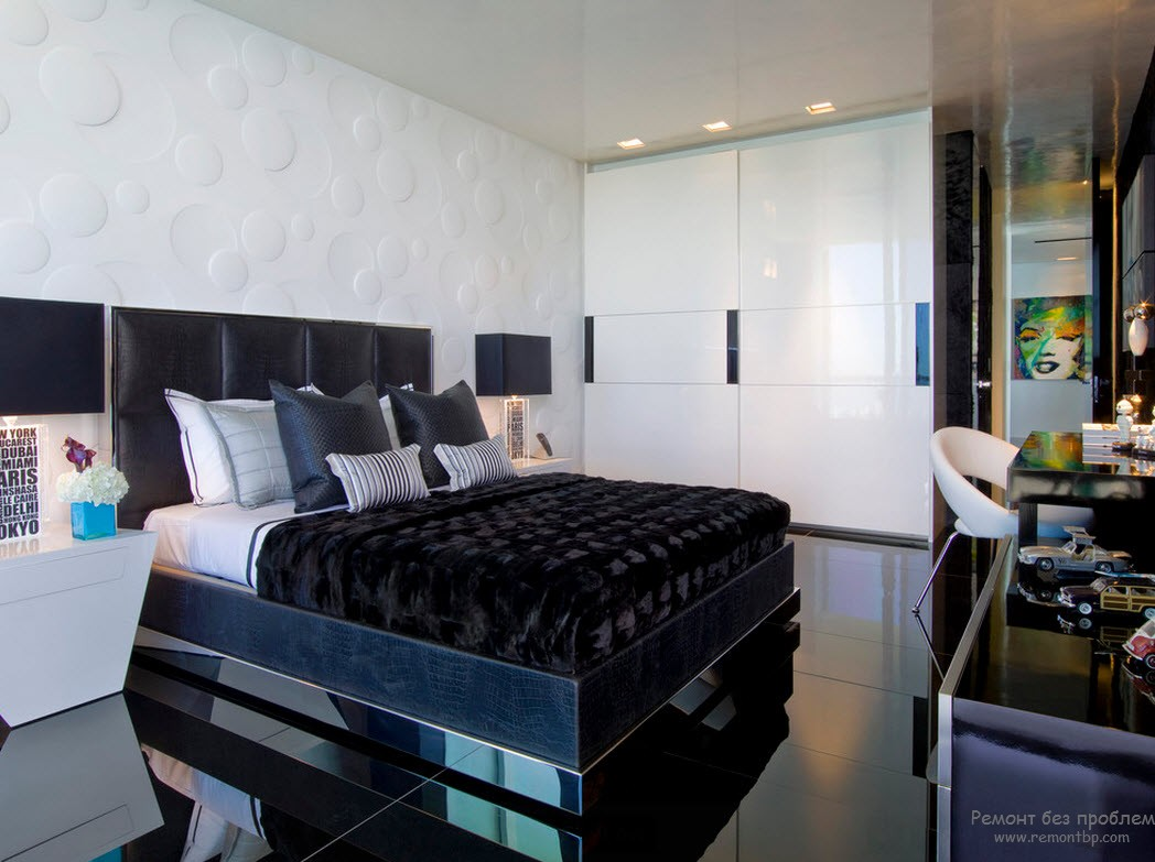 Глянцевый шкаф в глянцевом черно-белом интерьере спальни