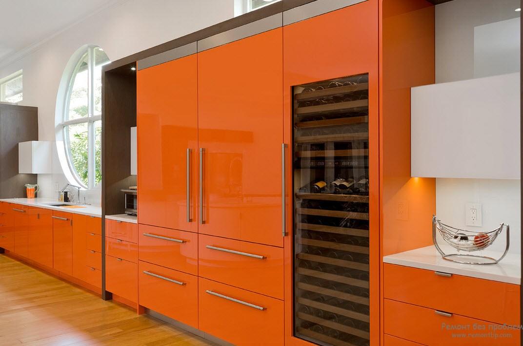 Яркая солнечная оранжевая мебель в интерьере кухни