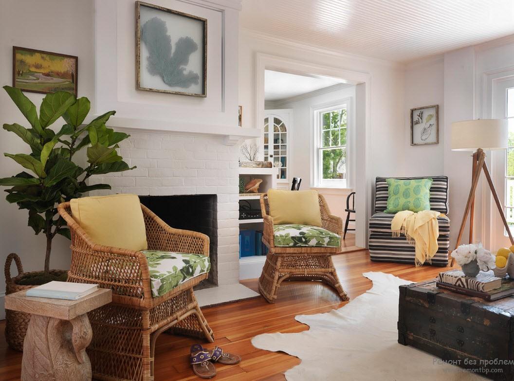 Кресла из ротанга и столик в виде старого деревянного сундука, сатиновая обивка и растение в кадке