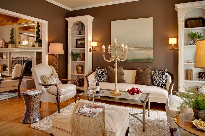 Всевозможные аксессуары в качестве украшения коричневой гостиной
