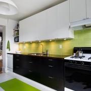 Черный и белый цвет в зеленом интерьере