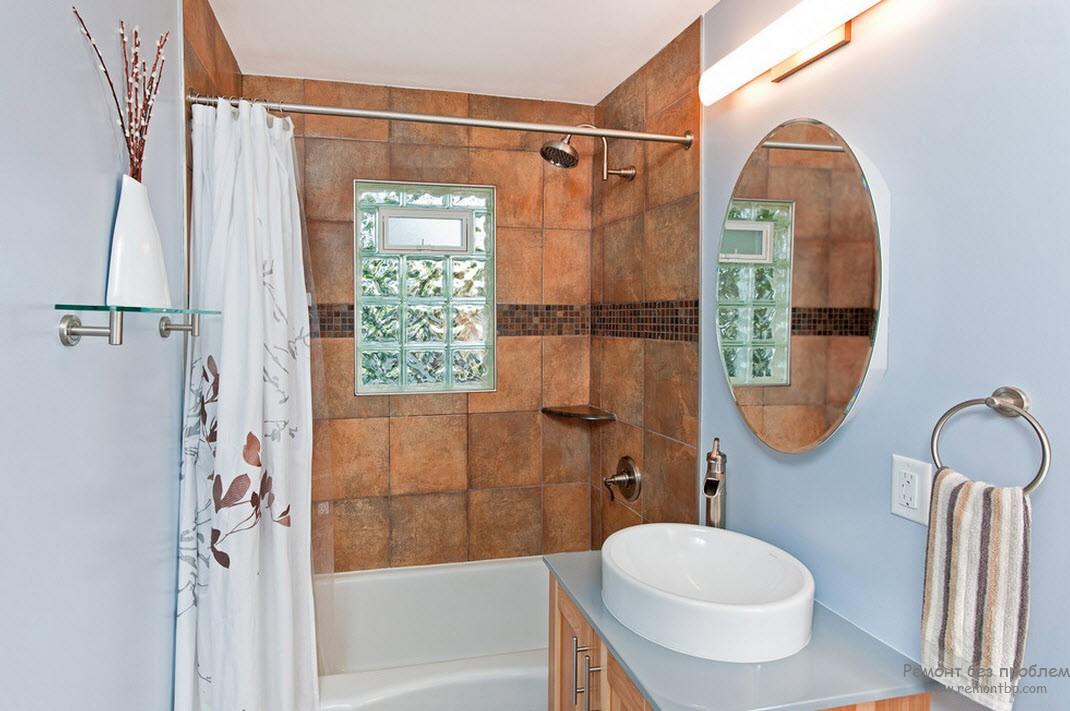 Красивая и современная ванная комната с окном