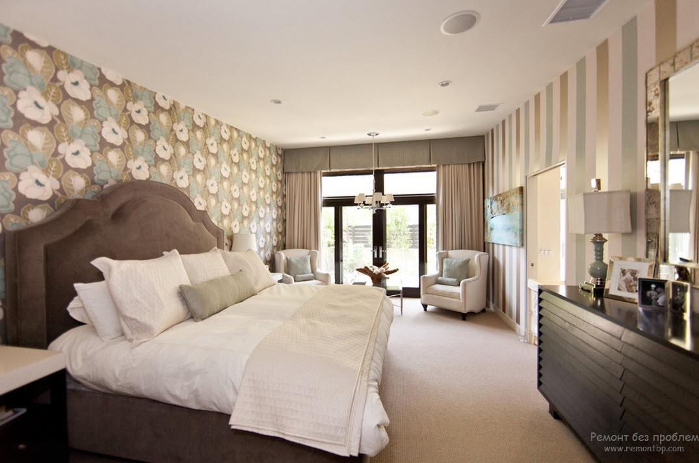 роскошный интерьер гостиной, в котором одна стена декорирована элегантными вертикальными полосами