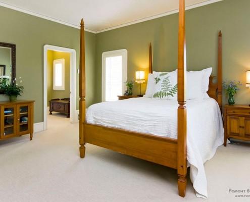 Спальня с оливковыми стенами