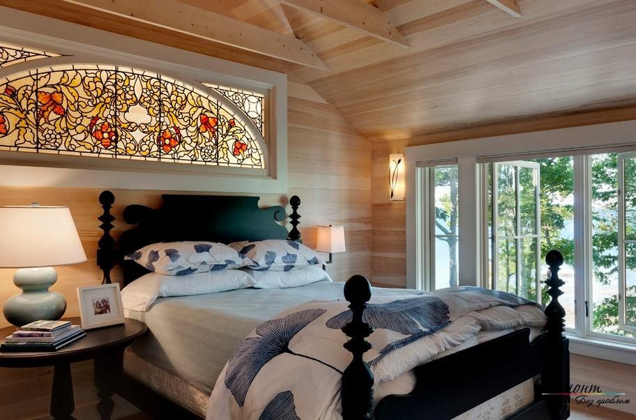 Витражное окно в спальне