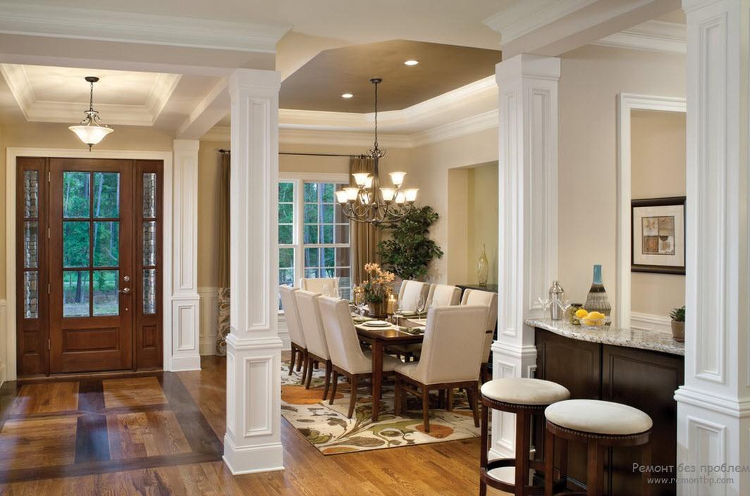 Красивыми квадратными колоннами оформлен вход в дом