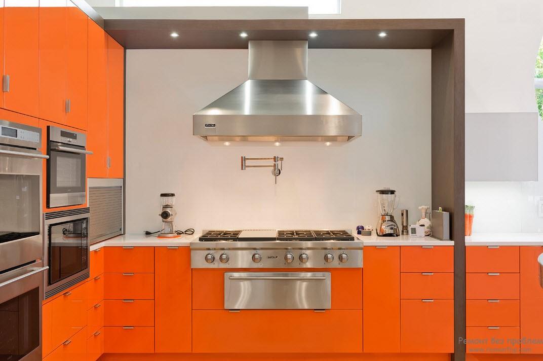 Оранжевая мебель выигрышно смотрится на фоне белых стен