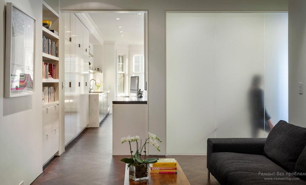 Белые стены и мебель визуально увеличивают пространство