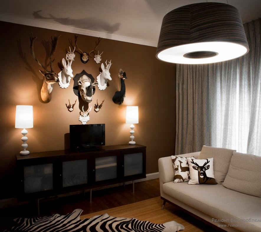 Аксессуары на фоне темной стены коричневой гостиной