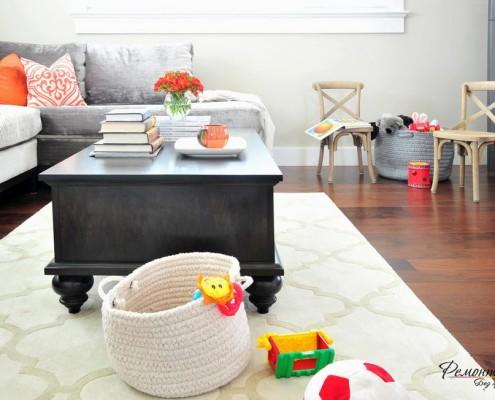 Ковер создает контраст и подчеркивает стиль стола