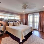 Просторная спальня с большими окнами