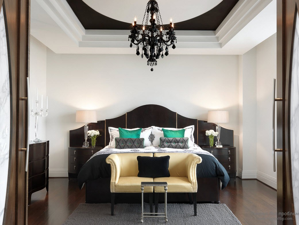 Дополнительный зеленый в черно-белой спальне