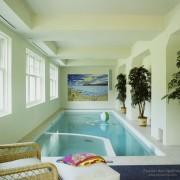 Эффектный дизайн небольшого помещения с бассейном