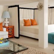 Спальная зона отгорожена занавеской и колонной