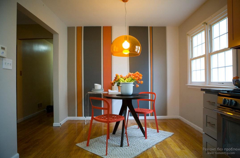 Одна стена кухни декорирована оригинальными вертикальными полосами разной толщины