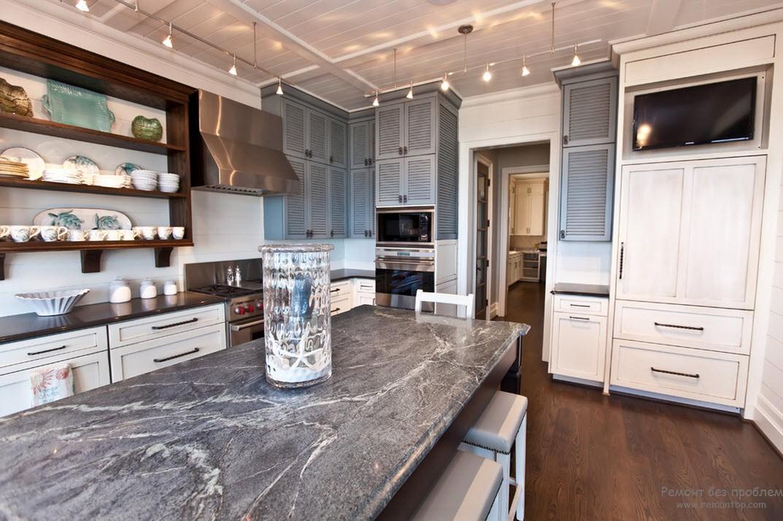 Мраморная столешница в итерьере кухни в морском стиле
