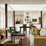 Две пары деревянныъ колонн в интерьере гостиной