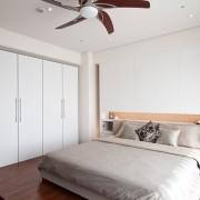Дизнай спальной комнаты со встроенным шкафом-купе с одной боковой стенкой