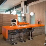 Барная стойка с оранжевой столешницей - яркий акцент интерьера кухни