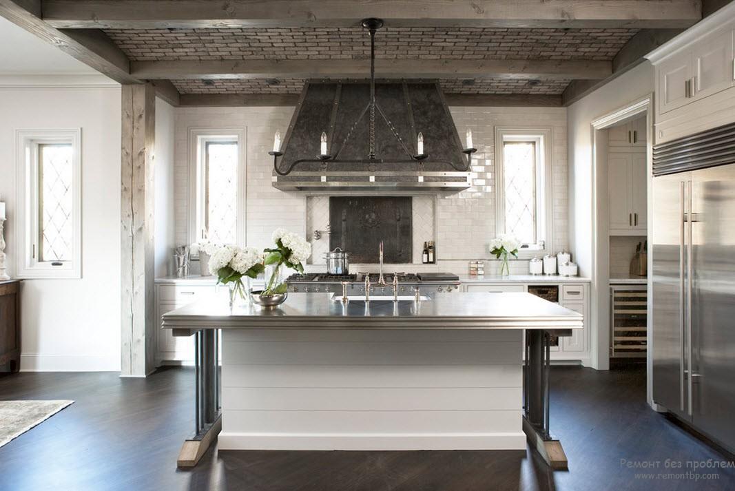 Металлическаяя столешница в интерьере кухни