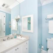 Светло-голубая ванна