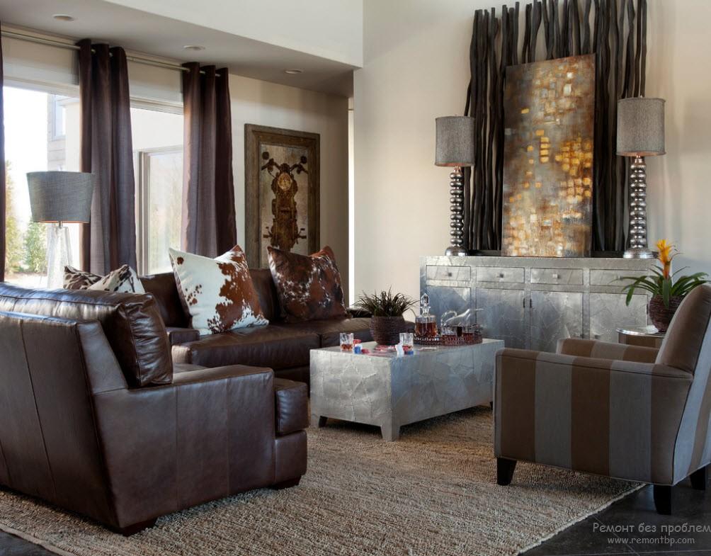 Светлые стены в интерьере гостиной и темные мебель и пол