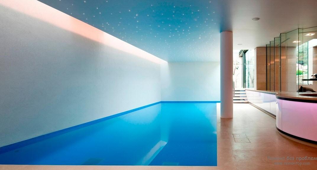 Отделка помещения с бассейном в голуббом цвете с эффектом звездного неба