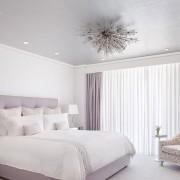 Белая спальня с фиолетвоыми шторами