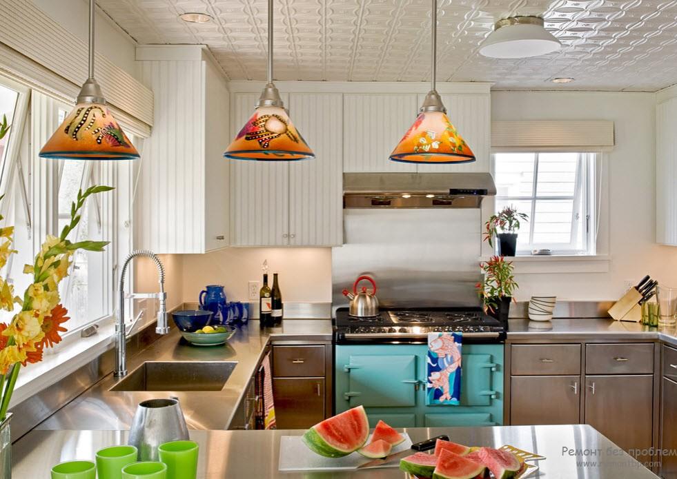 Интерьер светлой кухни в морском стиле с яркими акцентами