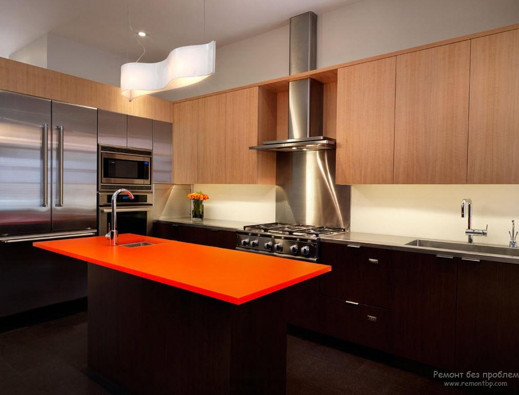 Темно=коричневая благородная древесина и яркая оранжевая столешница