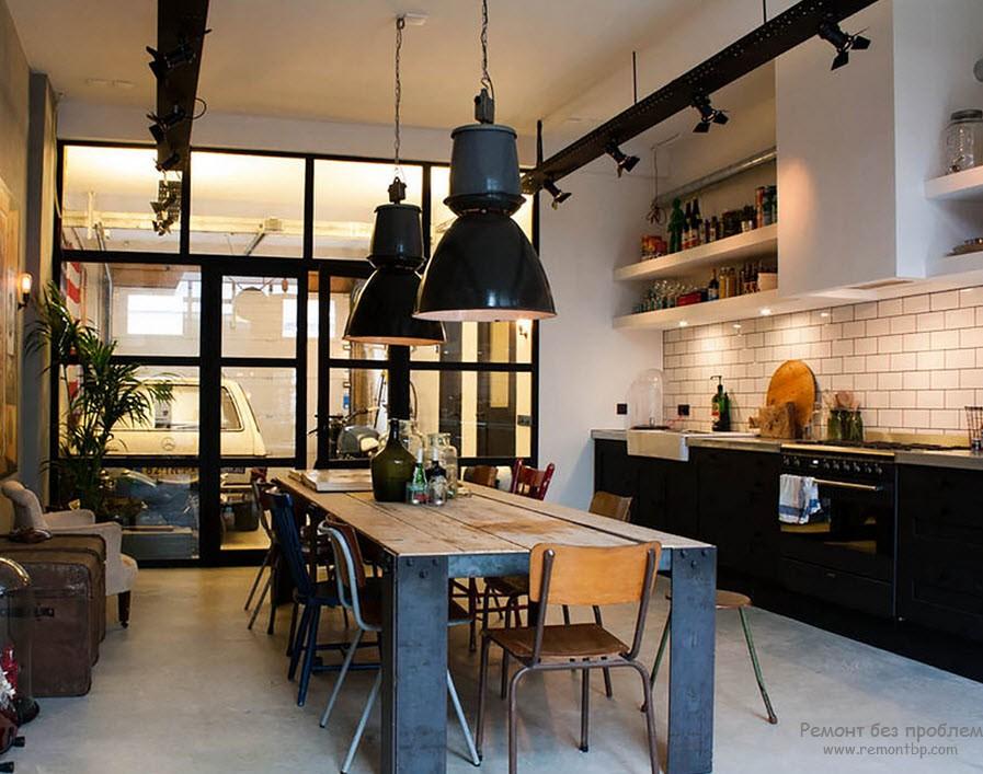 Использование металла в интеьере кухни хорошо в сочетании с другими материалами