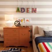 Неконтрастные широкие горизонтальные полосы в интерьере детской комнаты