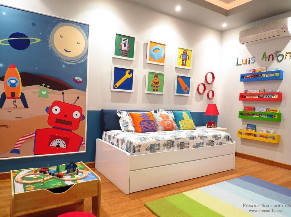 Светлая комната для маленького мальчика с красочными аксессуарами