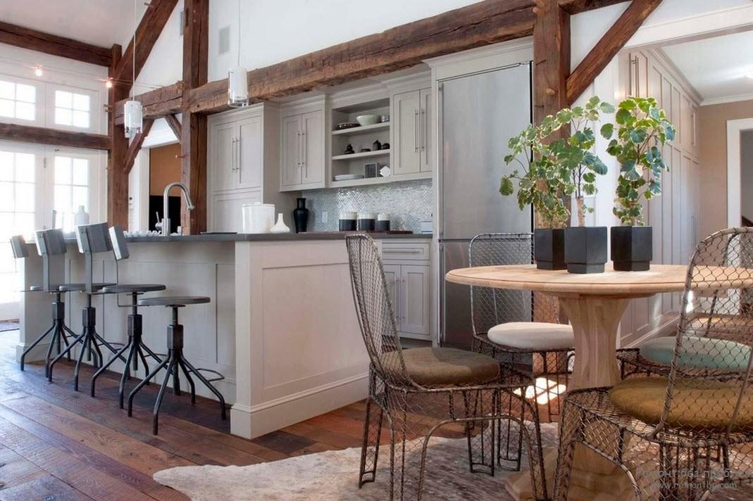 Интерьер кухни с металлическими стульями