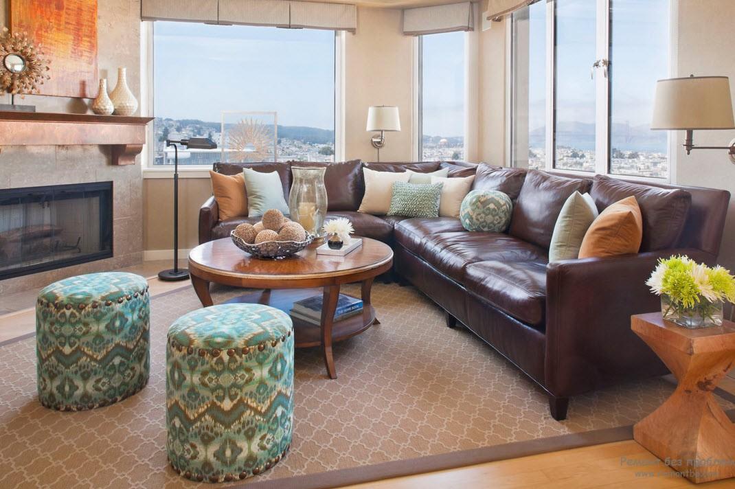 Коричневый кожаный диван - классика деловой роскоши