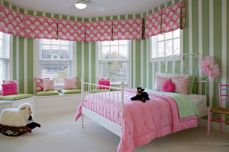 Нежный интерьер для комнаты девочки с вертикальными полосами на стенах