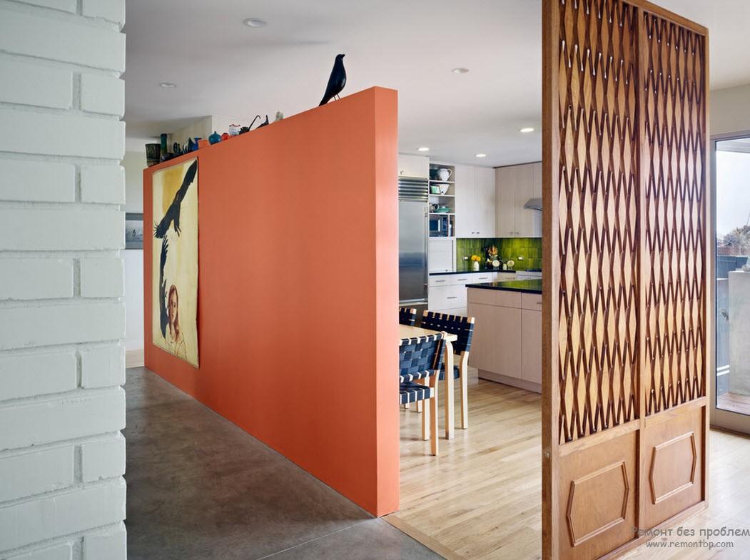 А можно использовать стену-перегородку теплого оранжевого оттенка