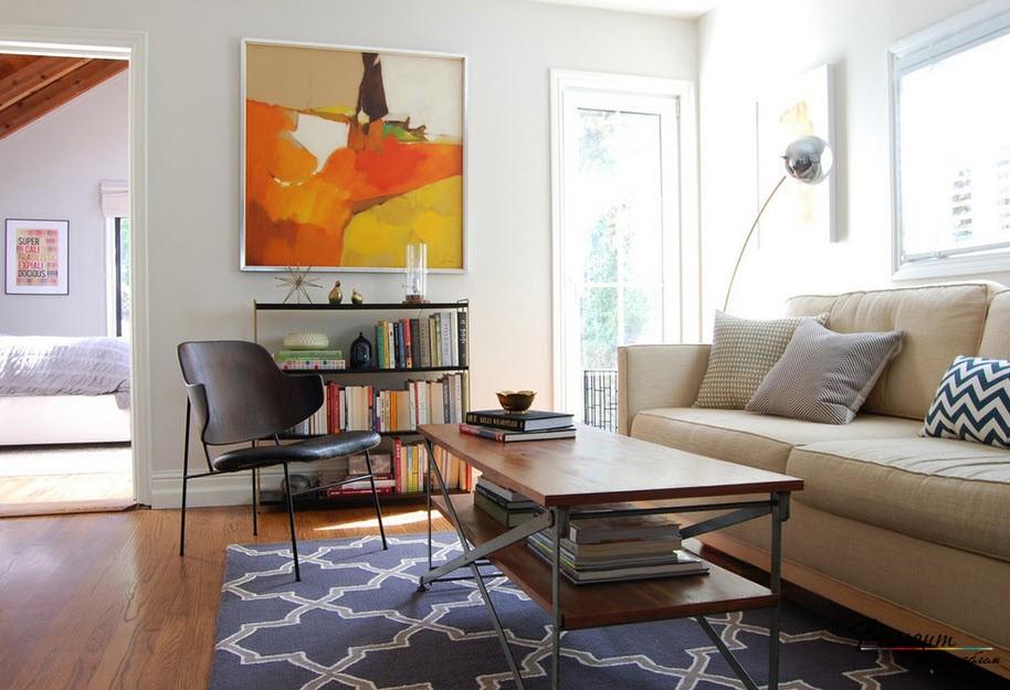 Ковер обединяет разную по стилю мебель, создавая гармонию