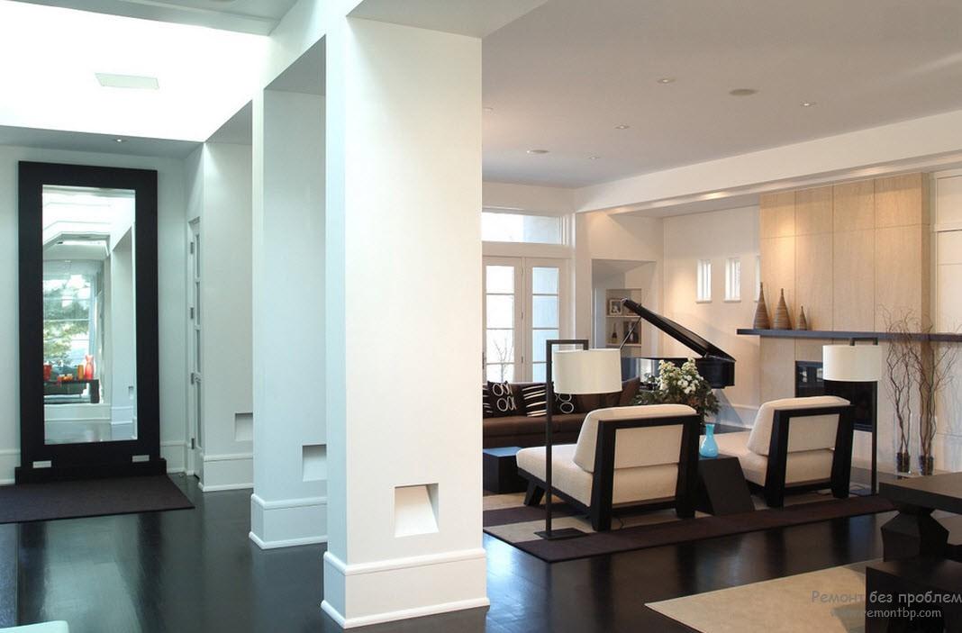 Композиция из колонн - прекрасное средство для зонирования коридора и гостиной
