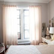 Спальня с нежным оформлением окна