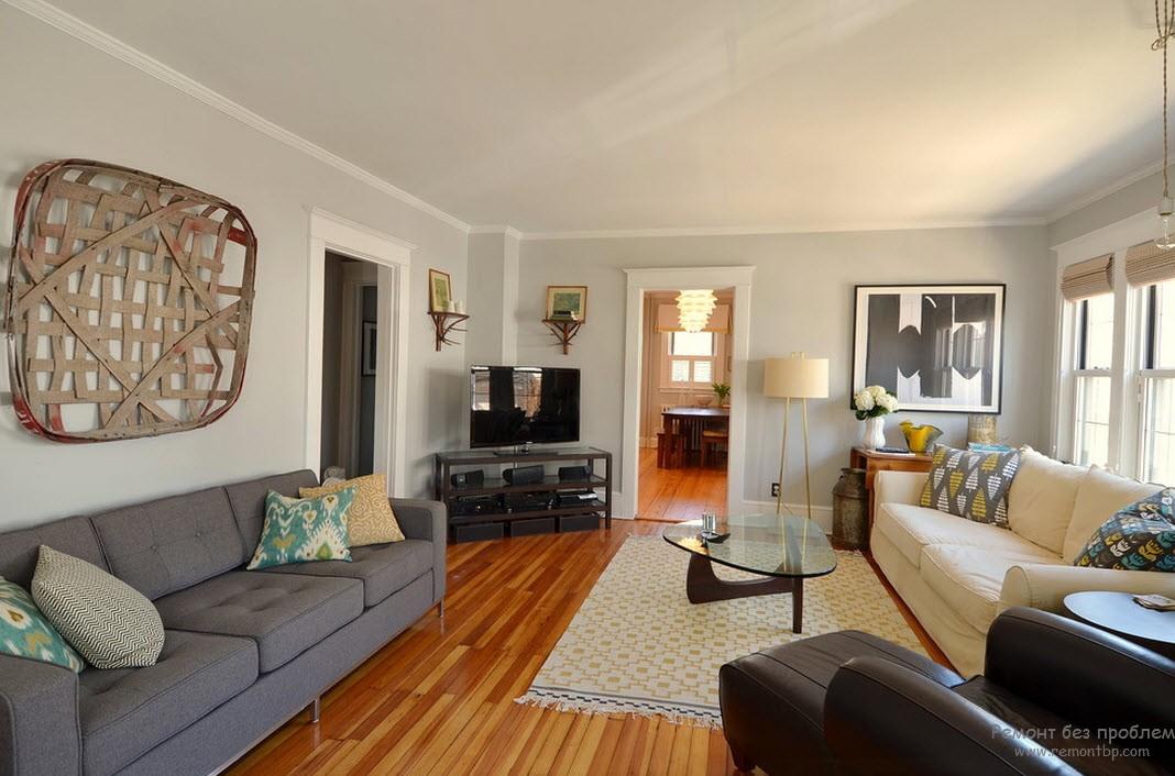Интерьер серой гостиной, разбавленный ливаном сливочного цвета