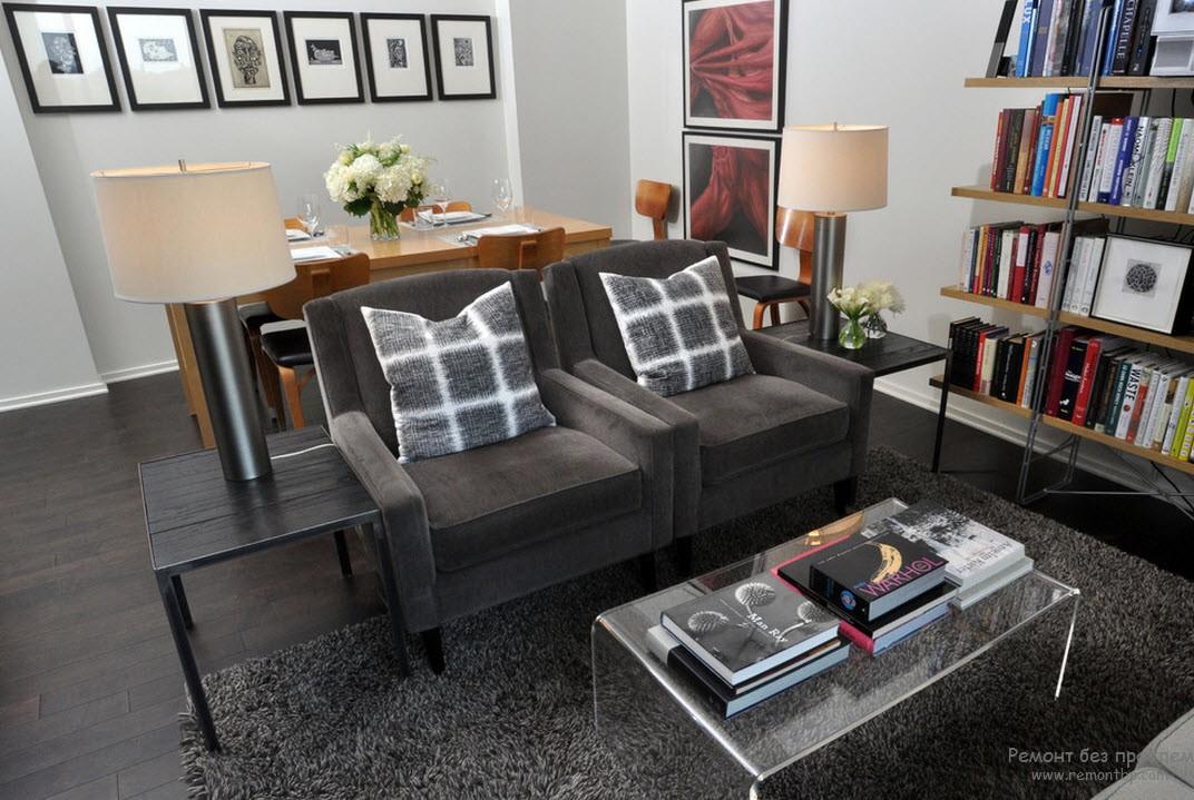 Темно-серый в сочетании со светло-серым в интерьере гостиной