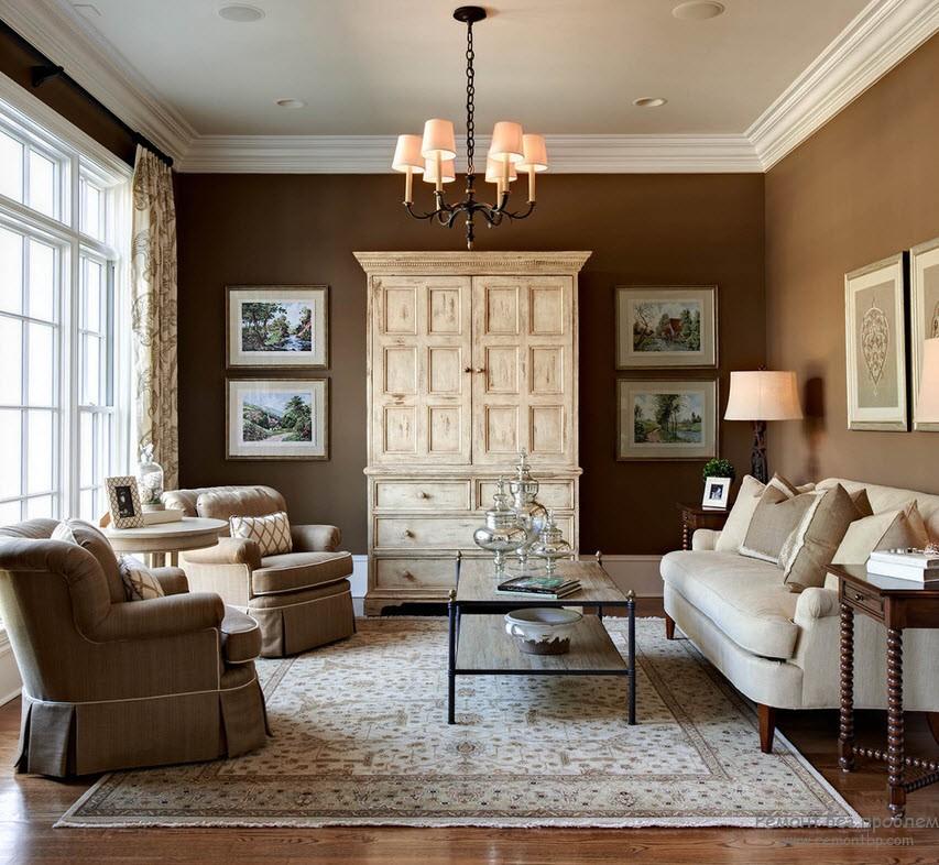 Темный фон и светлая мебель в интерьере коричневой гостиной
