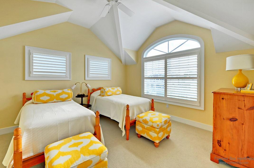 Для желтой спальни подходят более спокойные оттенки