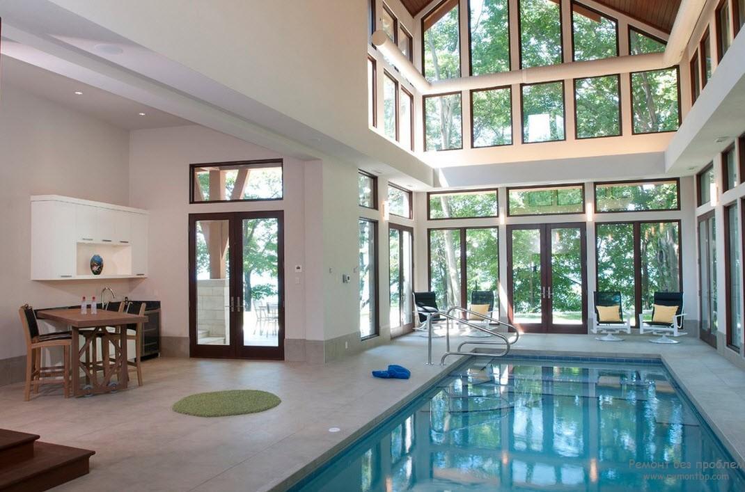 Небольшой бассейн внутри дома со стеклянной стеной