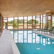 Помещение для бассейна с двумя большими стеклянными стенами