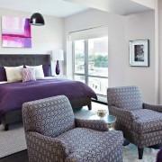 Мягкие кресла в розовой спальне