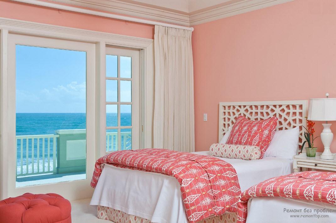 Розовая спальня с большим окном
